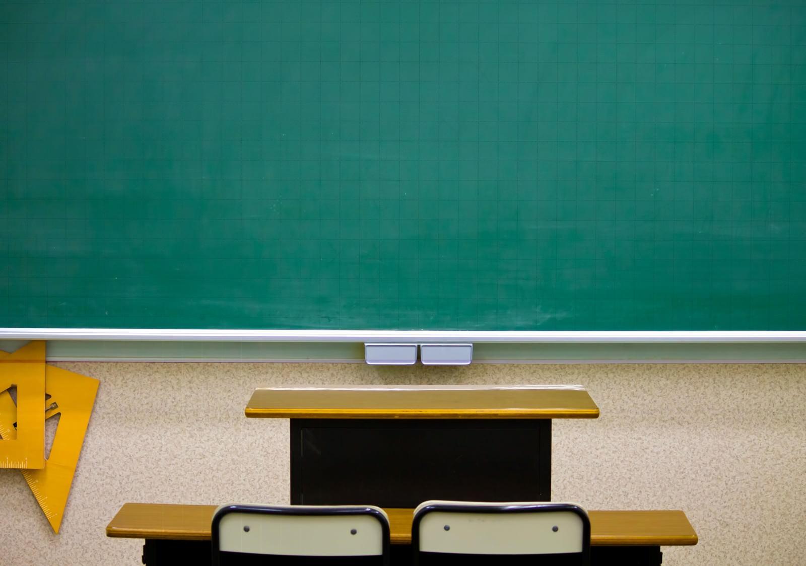 「黒板と教卓黒板と教卓」のフリー写真素材