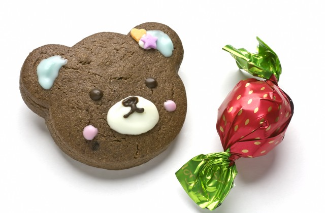 バレンタイン用クマのクッキーとチョコレートの写真