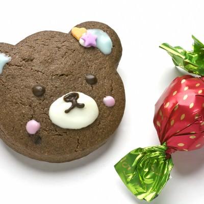 「バレンタイン用クマのクッキーとチョコレート」の写真素材