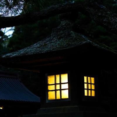 「灯りを燈す石灯」の写真素材