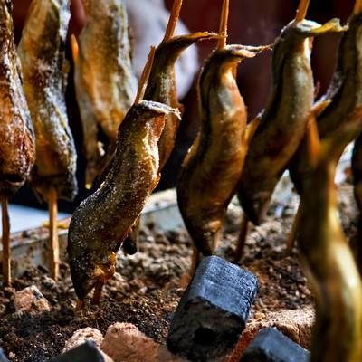 「出店で焼かれた鮎の塩焼き」の写真素材