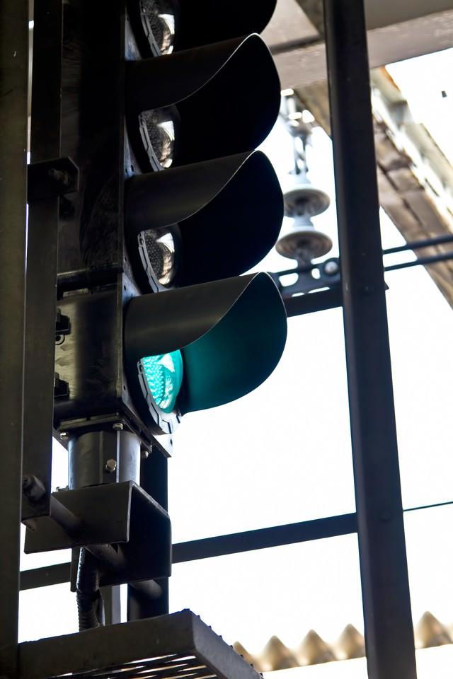 駅の信号機の写真