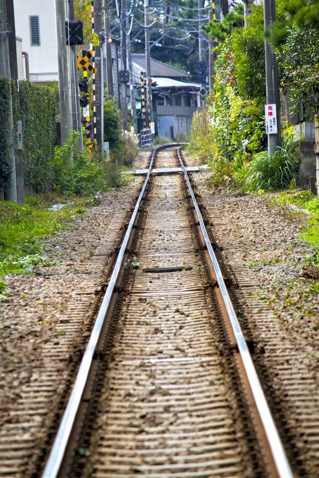 街中を走る江ノ電の線路の写真