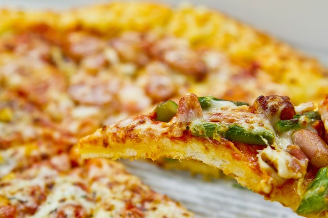 一切れのピザの写真