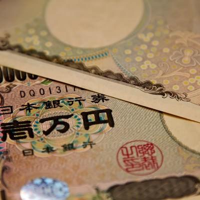 「重ねられた壱万円札(2枚)」の写真素材