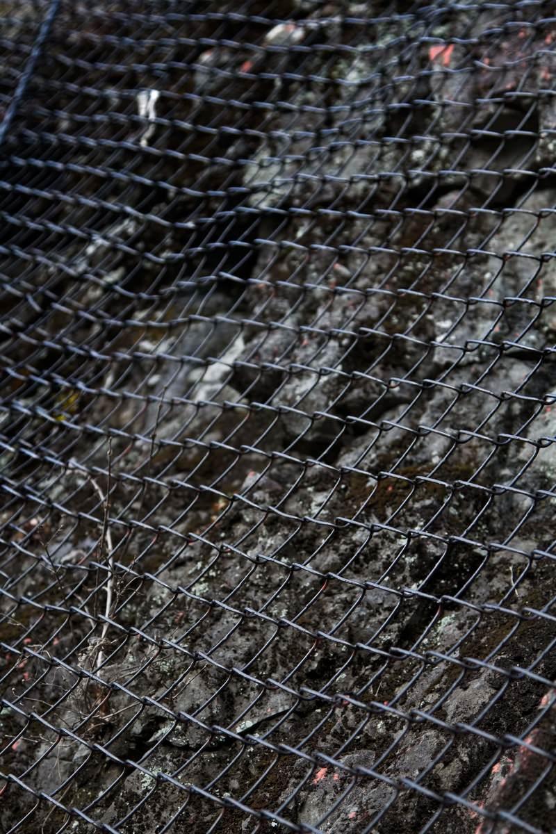 「落石防止の金網」の写真