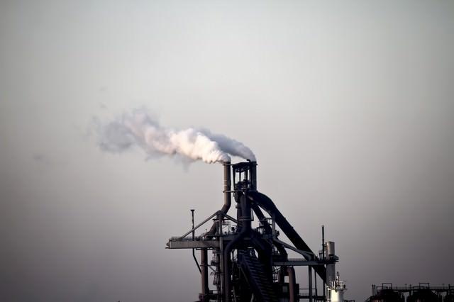 煙を出す工場の写真