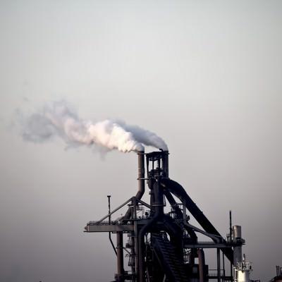 「煙を出す工場」の写真素材