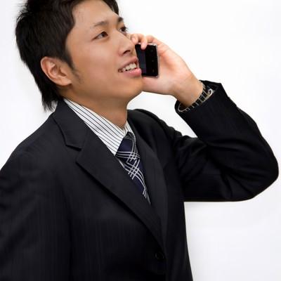 「電話で話し中のサラリーマン」の写真素材
