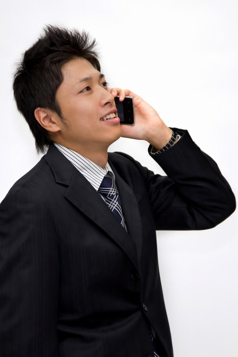 「電話で話し中のサラリーマン電話で話し中のサラリーマン」[モデル:恭平]のフリー写真素材を拡大
