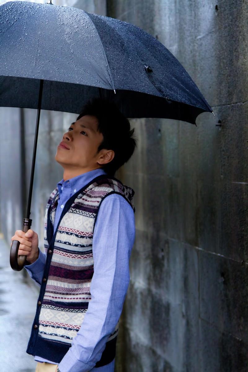 「雨の日に傘を差す青年」の写真[モデル:恭平]
