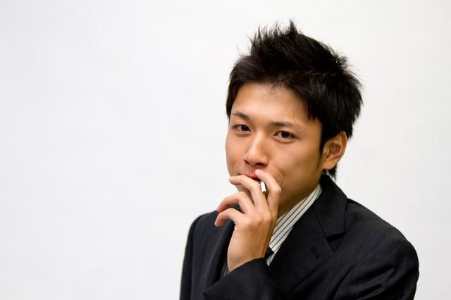 煙草を吸うビジネスマンの写真