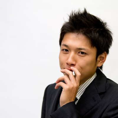 「煙草を吸うビジネスマン」の写真素材