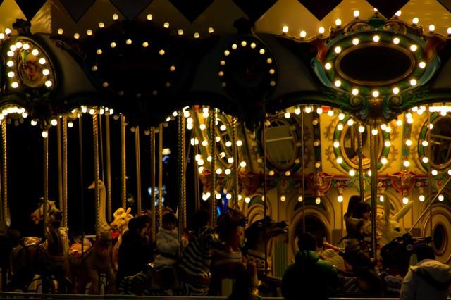ライトアップされるメリーゴーランドの写真