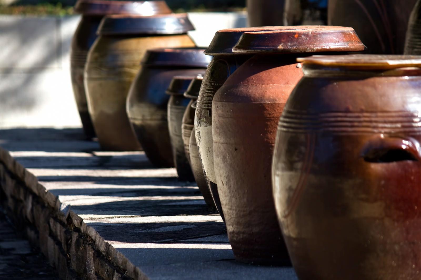 「並べられた壺(瓶)」の写真