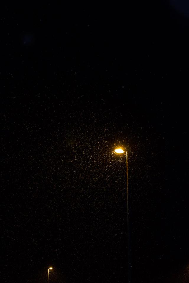 オレンジの街灯と映しだされた雪の写真
