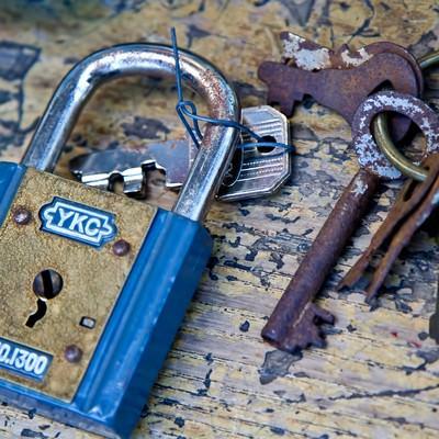 錆びた青い南京錠と鍵の写真