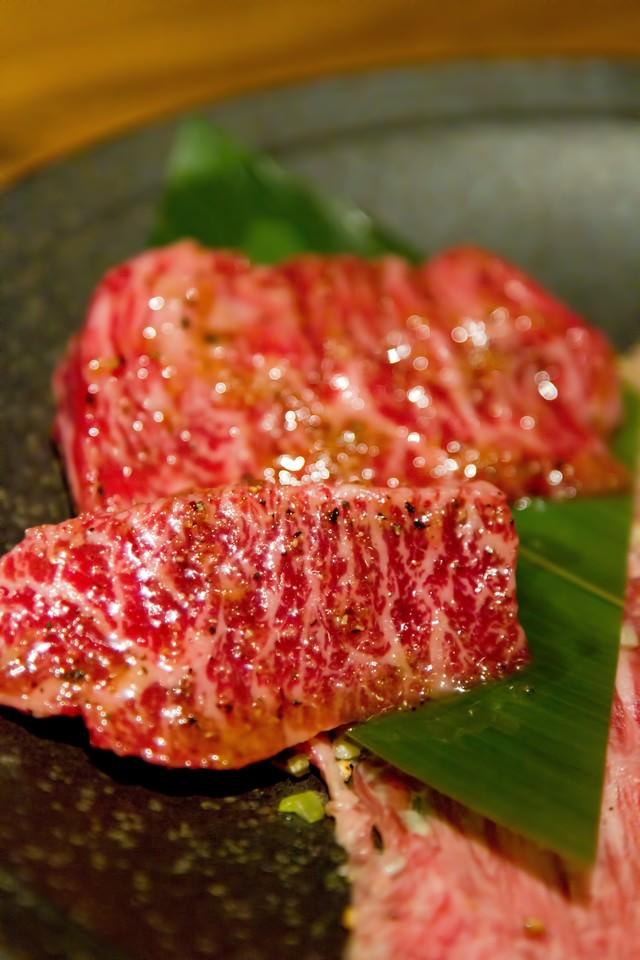 焼肉用の霜降り肉の写真