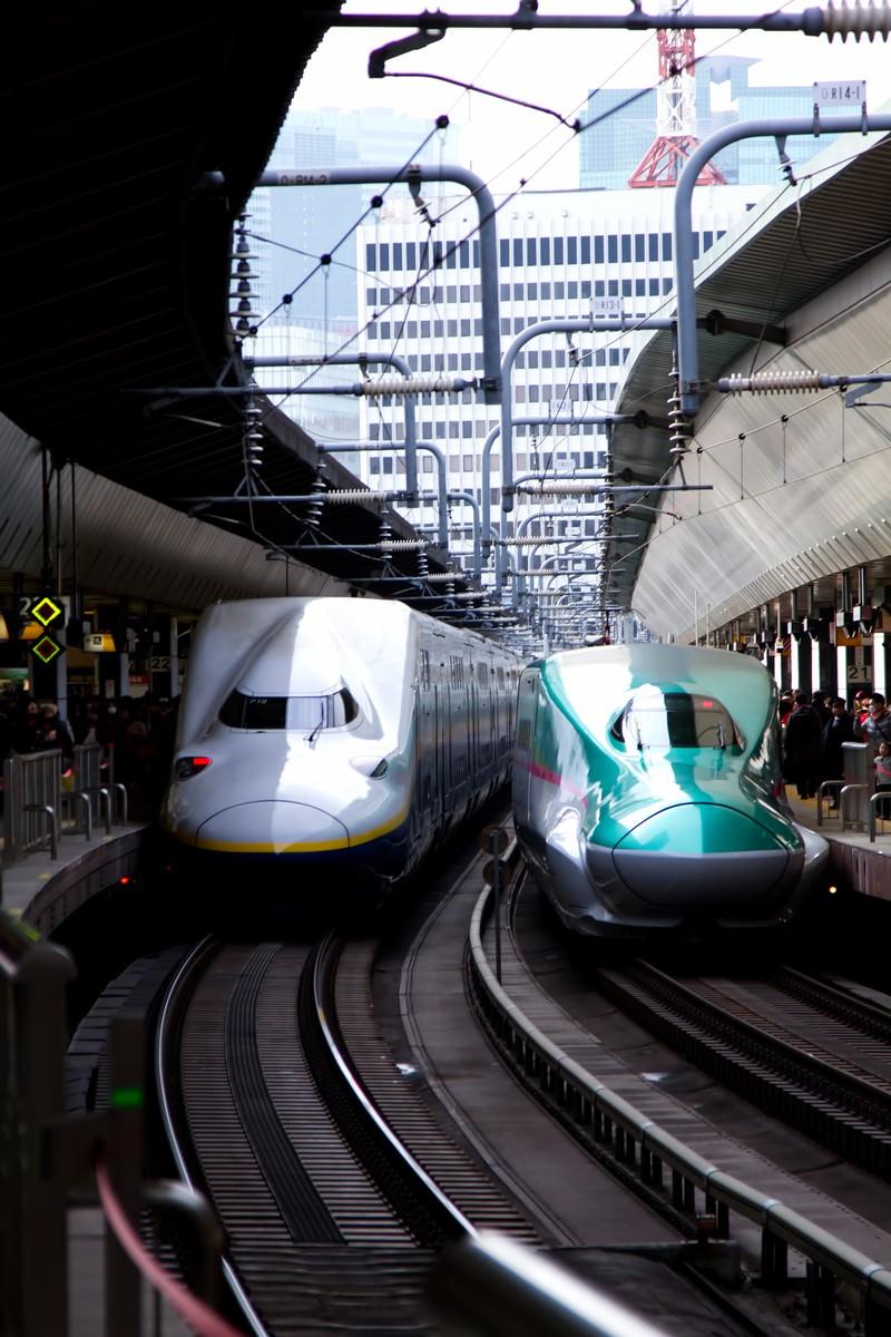 「ホームに停車中の新幹線はやぶさ」の写真