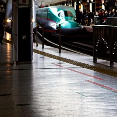 「新幹線と混みあうホーム」の写真素材