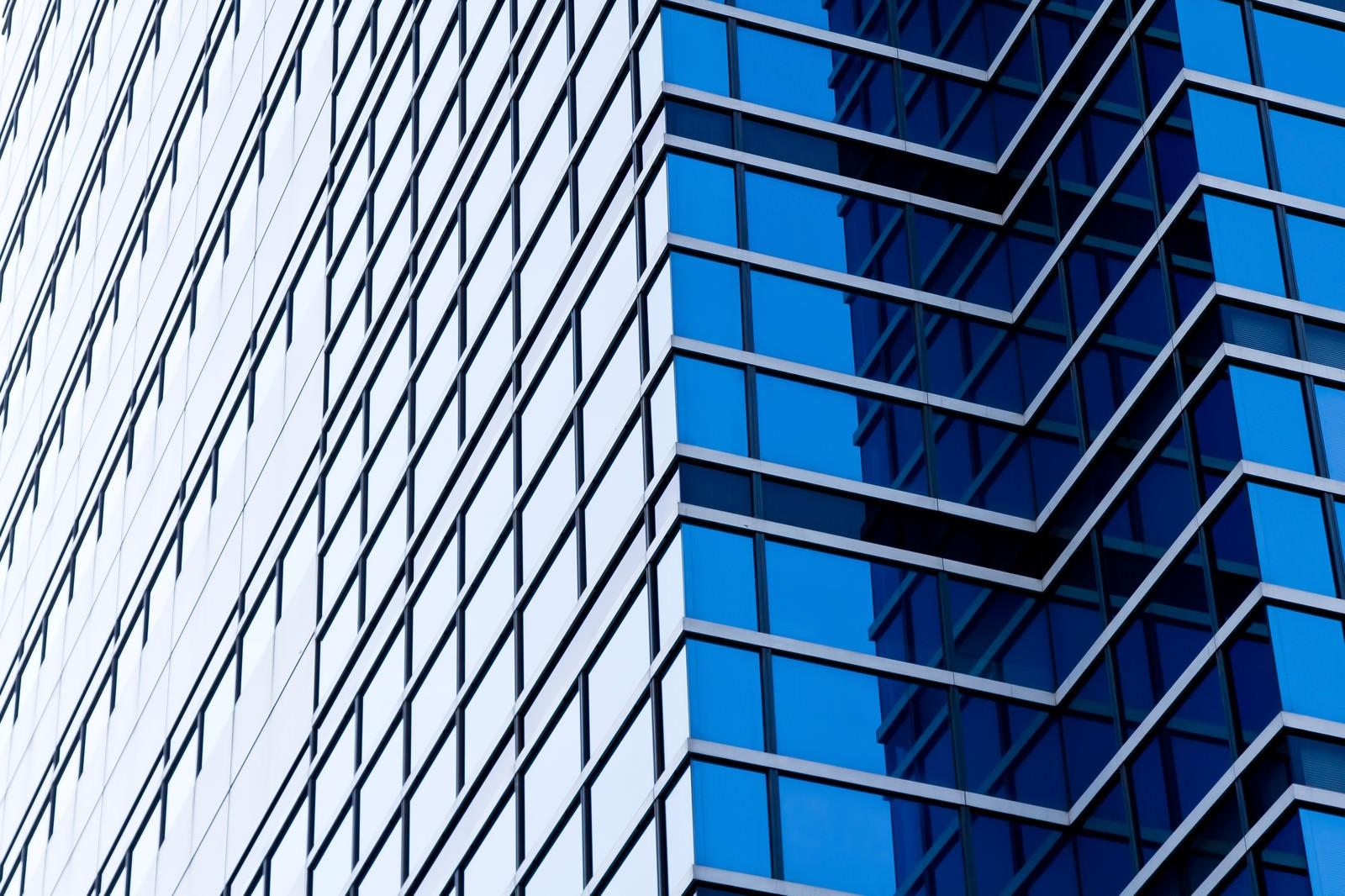 「空を反射する大きなビル」の写真