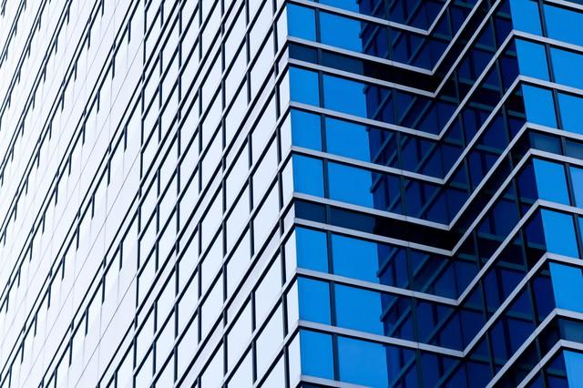 空を反射する大きなビルの写真
