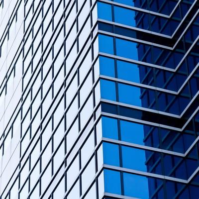 「空を反射する大きなビル」の写真素材