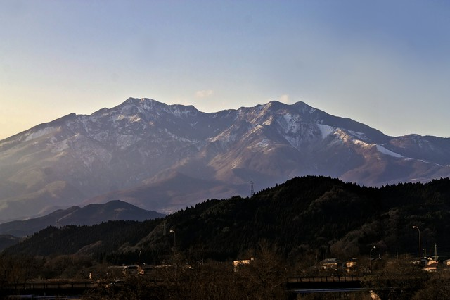 雪が残る山々の写真