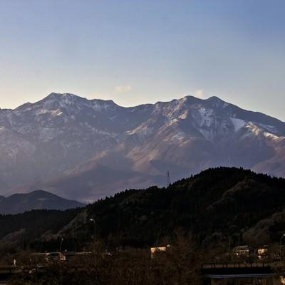 「雪が残る山々」の写真素材
