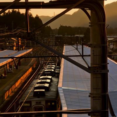 「夕暮れのホームと電車」の写真素材