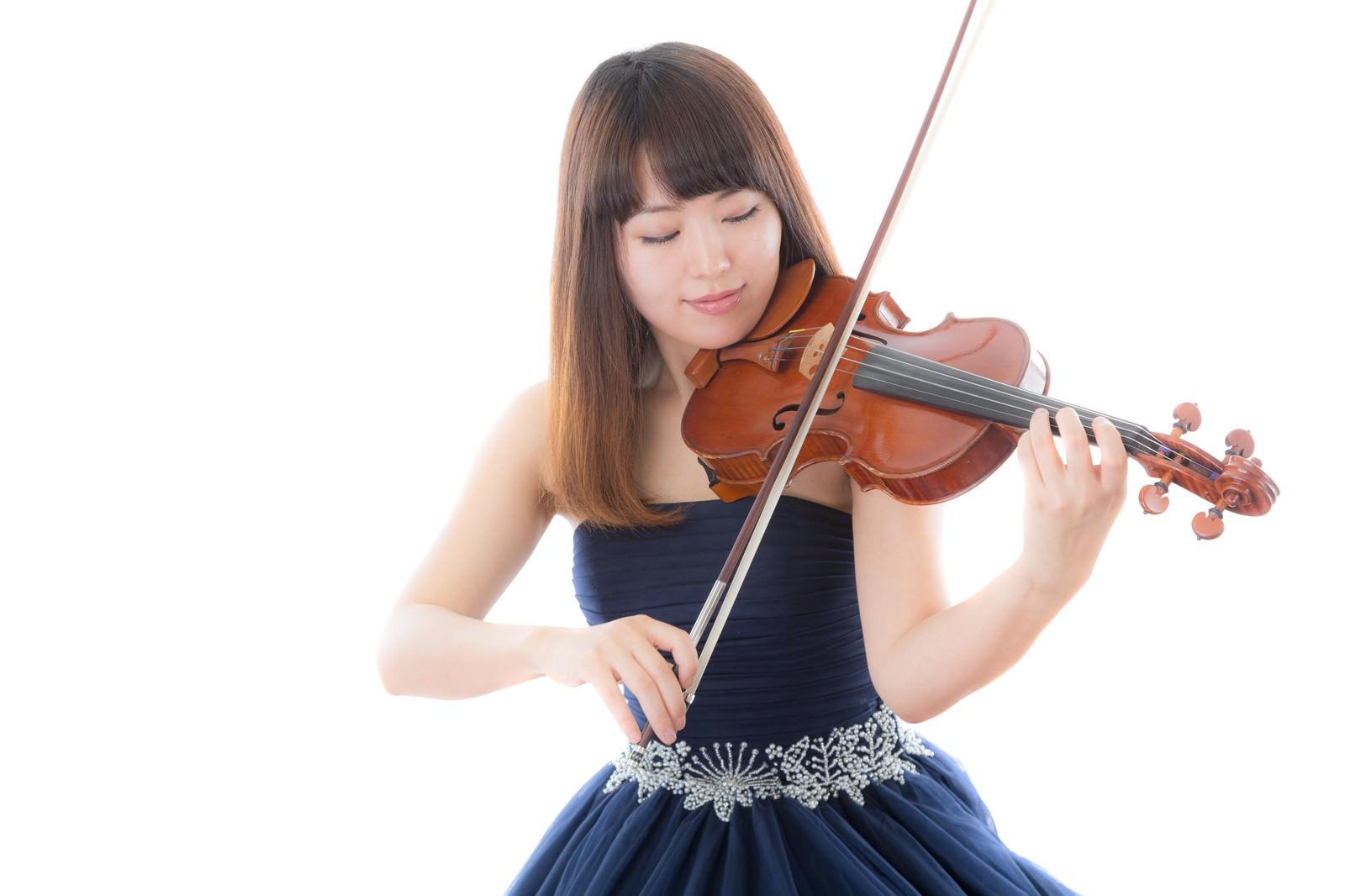 「ヴァイオリンを演奏する女性」の写真[モデル:yukiko]