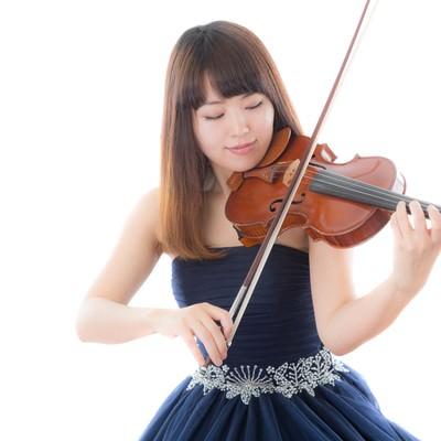 「ヴァイオリンを演奏する女性」の写真素材