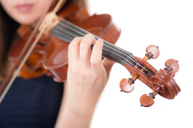 ヴァイオリン演奏中の左手とネックの写真