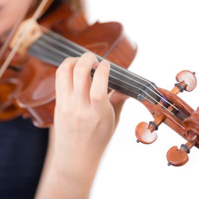 「ヴァイオリン演奏中の左手とネック」の写真素材