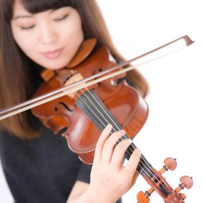 「光の中でヴァイオリンを演奏する」の写真素材