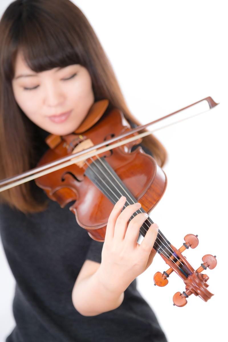 「光の中でヴァイオリンを演奏する」の写真[モデル:yukiko]