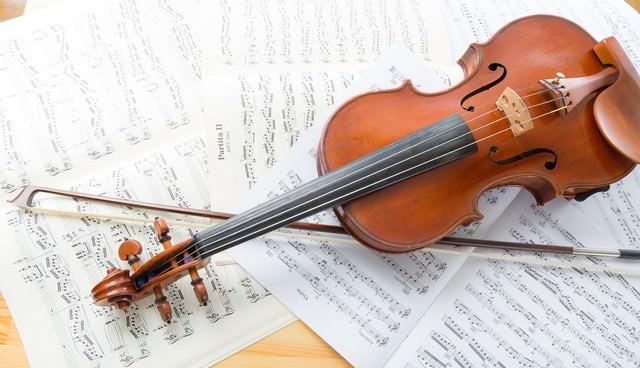 楽譜とヴァイオリンの写真