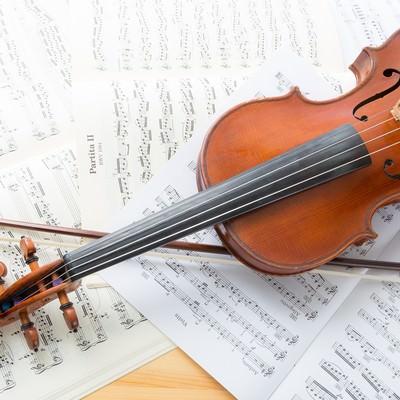 「楽譜とヴァイオリン」の写真素材