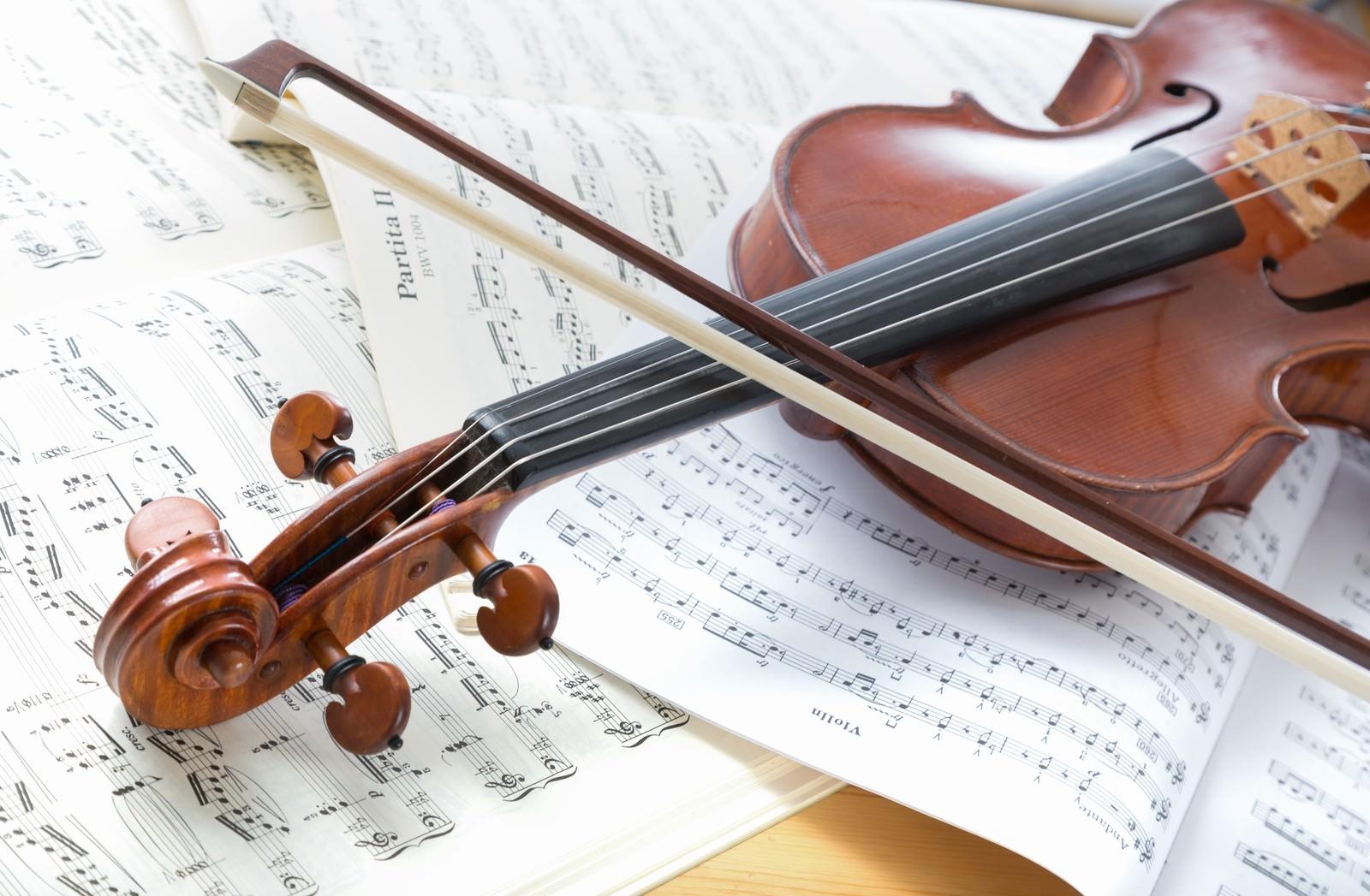 「楽譜の上に置かれたヴァイオリン | 写真の無料素材・フリー素材 - ぱくたそ」の写真