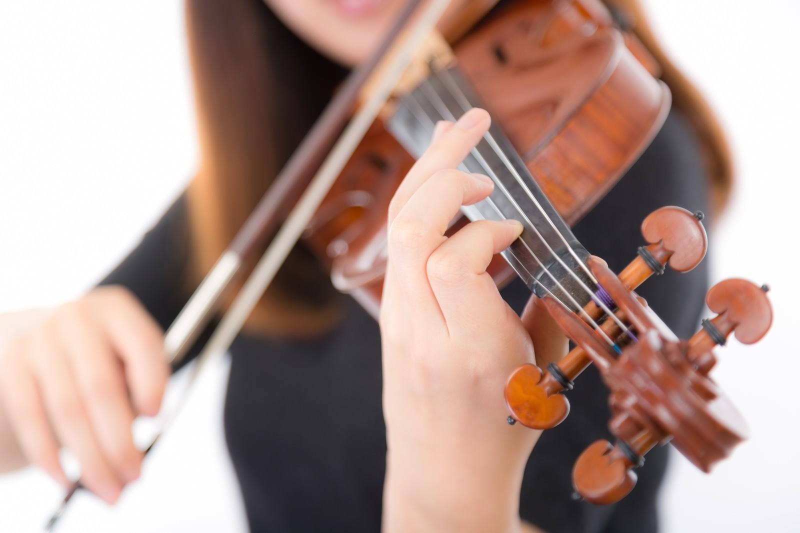 「ヴァイオリン演奏中の手のアップ」の写真[モデル:yukiko]