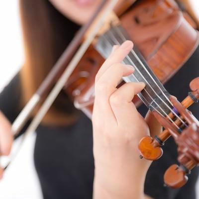 「ヴァイオリン演奏中の手のアップ」の写真素材