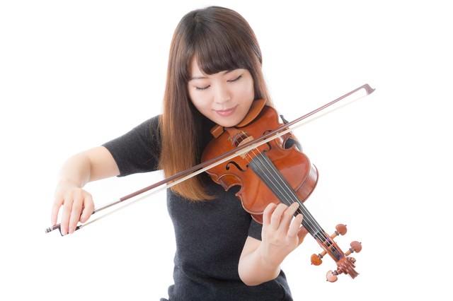優雅にヴァイオリンを弾く女性の写真