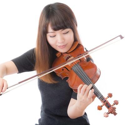 「優雅にヴァイオリンを弾く女性」の写真素材