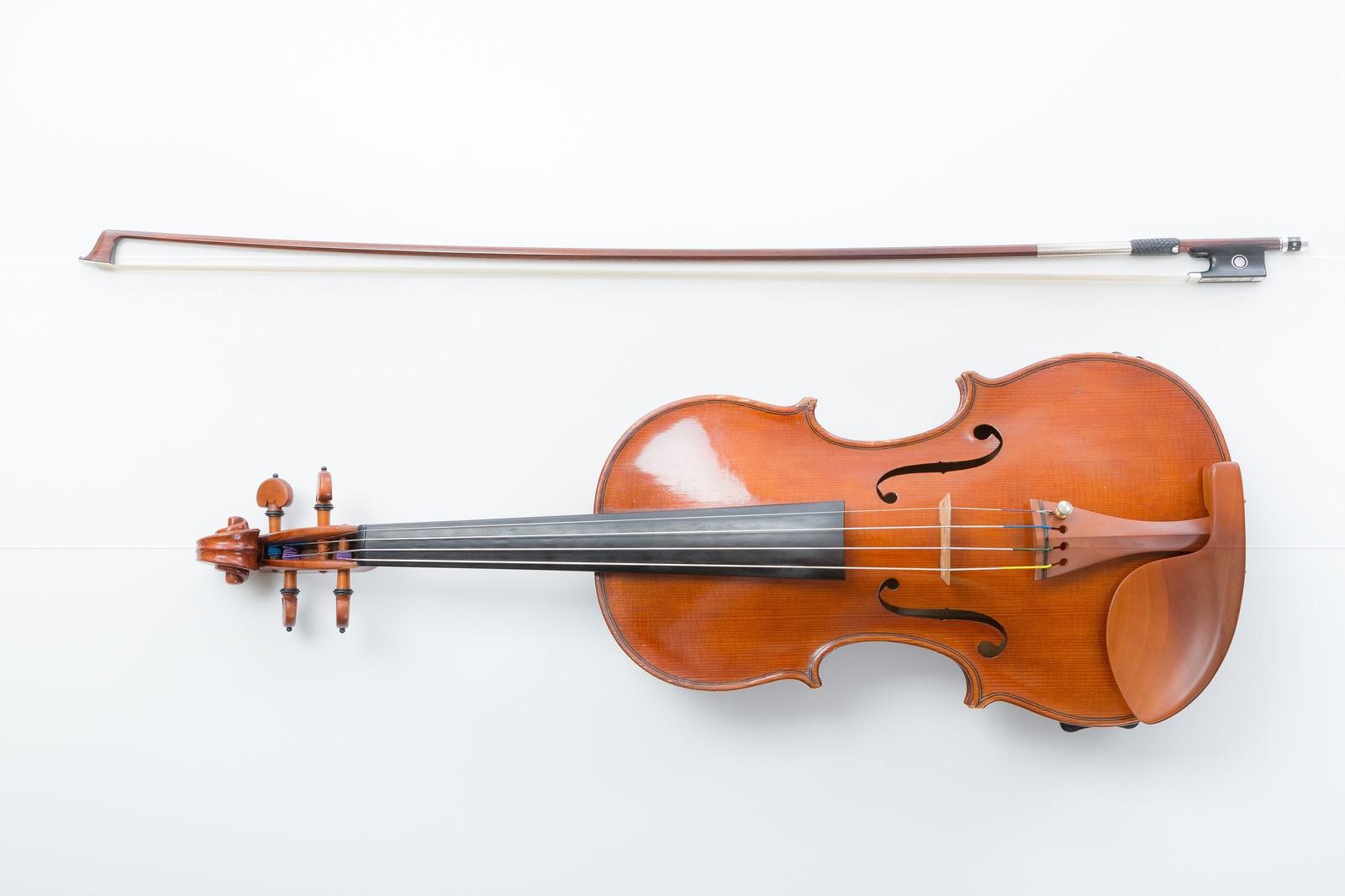 「ヴァイオリンと弓ヴァイオリンと弓」のフリー写真素材を拡大