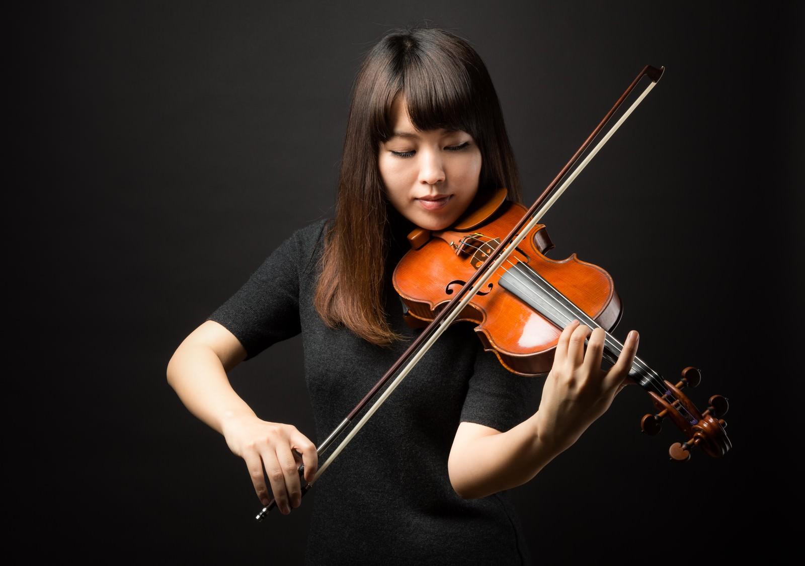 「ヴァイオリンの演奏に集中するヴァイオリンの演奏に集中する」[モデル:yukiko]のフリー写真素材を拡大