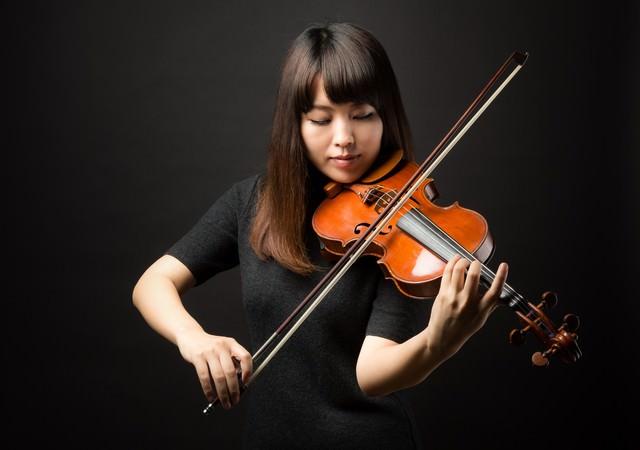 ヴァイオリンの演奏に集中するの写真