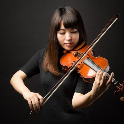 「ヴァイオリンの演奏に集中する」の写真素材