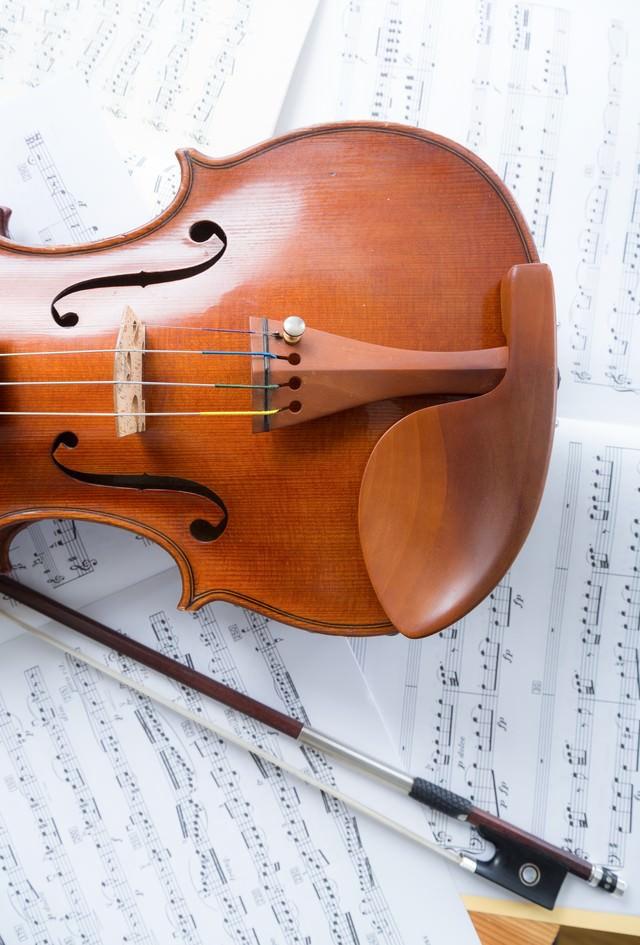 楽譜の上のヴァイオリンの写真