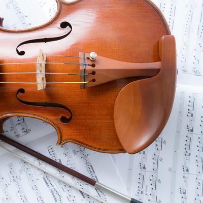 「楽譜の上のヴァイオリン」の写真素材