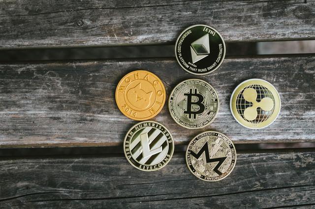 ビットコインを草コインが囲むの写真